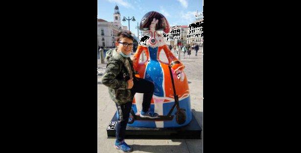 Maribelcarflor. Menina Dama Xiaomi en la Puerta del Sol