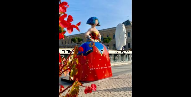 Sara Atienza Velázquez.  Wonder Woman en Plaza de Colón