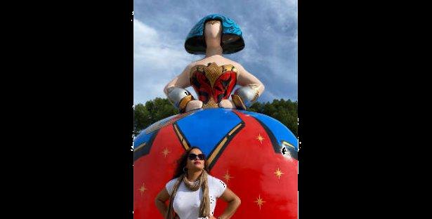 Menina Wonder Woman en Plaza de Colón. Thaynara Cristina