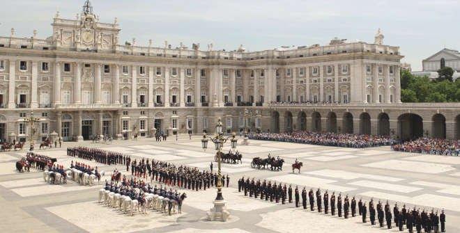 Relevo solemne de la Guardia Real