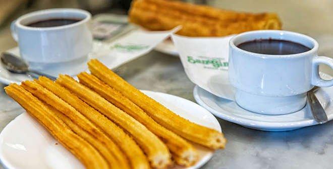 El desayuno más castizo: churros con chocolate de la Chocolatería San Ginés (©Álvaro López del Cerro).