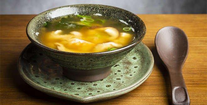 Esta es la sopa de miso con tofu que sirven en el restaurante Kikoba.