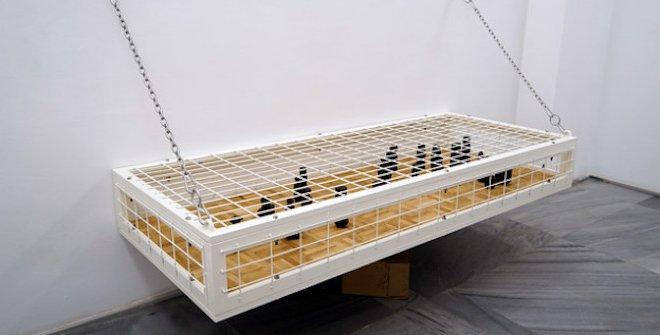 Trampa III SQM, 2020. Bene Bergado. Serie Habitats.184x76x24 cm. Jaulas de hierro lacado al horno, madera de roble, objetos fundidos en bronce y pintados al óleo.