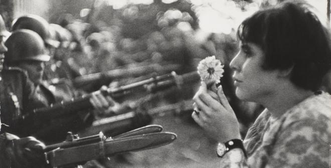 Marc Riboud, La joven con la flor, 1967. Gelatina de plata. Centre Pompidou, Paris, Musée National d´art moderne – Centre de création industrielle © Marc Riboud