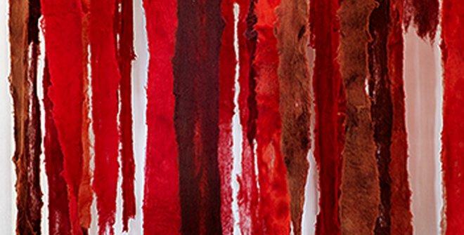 Cecilia Vicuña,Quipu menstrual,2019. Fotografía: Vista de la instalación 'Cecilia Vicuña, una exposición retrospectiva', 2019, Witte de With Center for Contemporary Art, Rotterdam