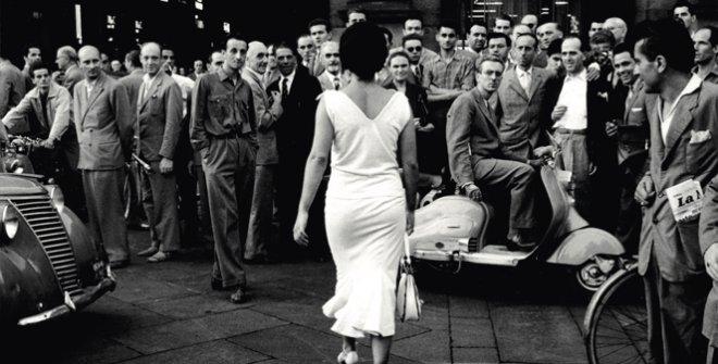 Mario de Biasi. Gli italianini si voltano (Italians turn around), 1954© ArchivioMario de Biasi