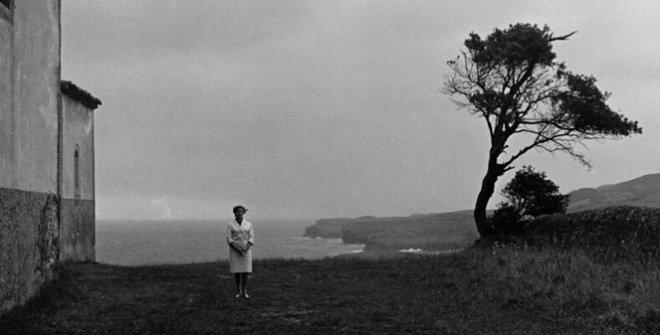 Figura en el paisaje. Llanes, 1966. Foto Gerardo Vielba