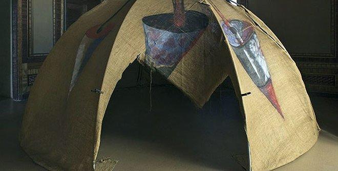 Mario Merz. Igloo [Tenda di Gheddafi], 1968-1981. Tubos de hierro, acrílico sobre lienzo de yute. 250 x 500 cm. Castello di Rivoli Museo D'Arte