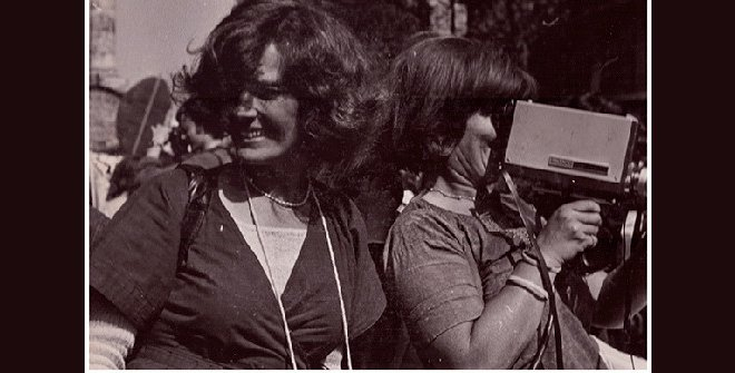 Micha Dell-Prane, Delphine Seyrig and Ioana Wieder holding a camera during a demonstration, 1976. Fotografía en blanco y negro. Cortesía del Centre audiovisuel Simone de Beauvoir