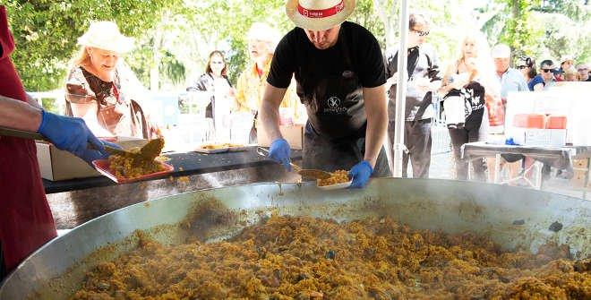 Reparto gratuito de paella en la Pradera de San Isidro 2019