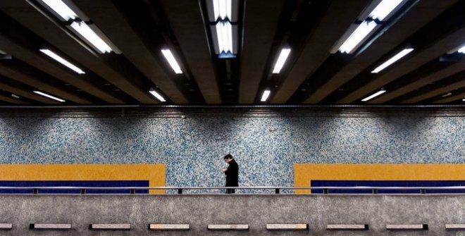 El hombre chateando con su móvil. Santiago de Chile, septiembre 2015