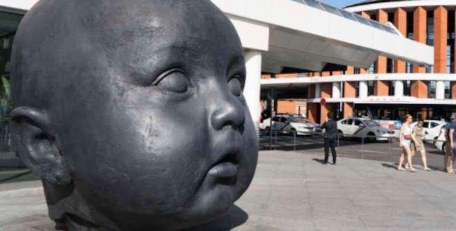 Visita Tras las huellas de Gulliver: Jugando con las esculturas. Escultura El Día y la Noche, de Antonio López (Estación de Atocha)