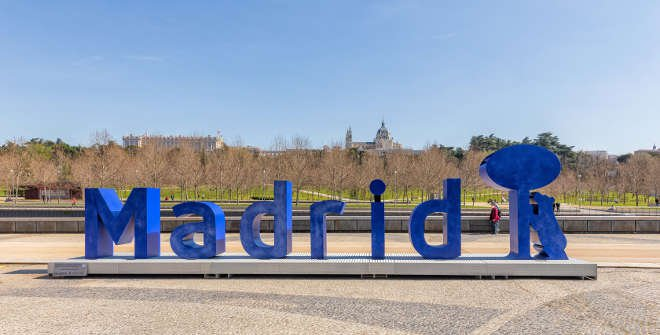 Escultura-cartel Madrid Río. Delante de la Huerta de la Partida