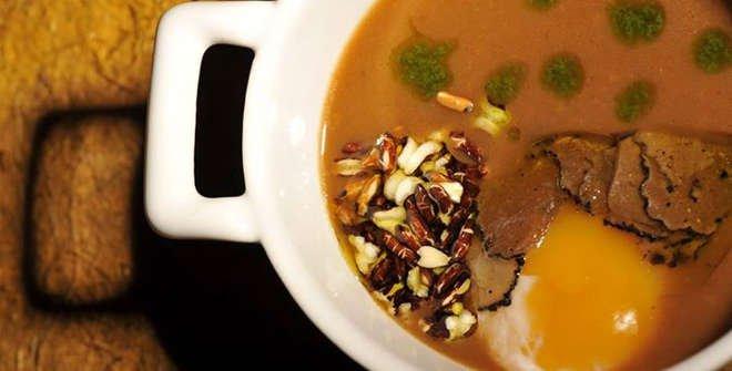 Sopa de ajo con palomitas de arroz rojo, huevo escalfado y trufa negra (Restaurante Lúa)
