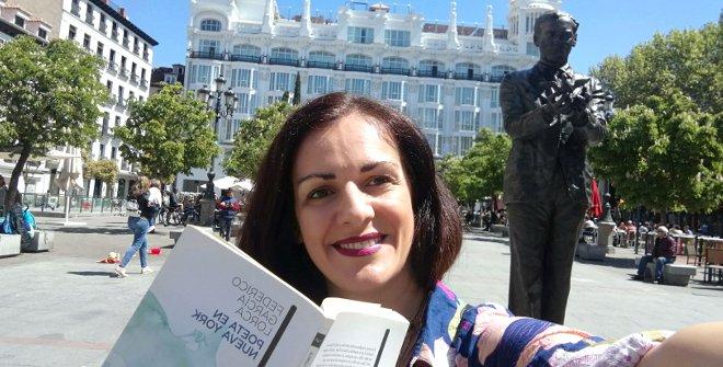 Con la estatua de García Lorca
