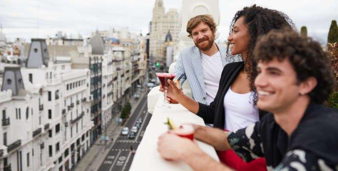Jóvenes en terraza