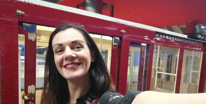 Dentro del vagón más antiguo del Metro en la Exposición del Centenario