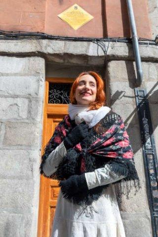 Fortunata delante de su casa, en el número 11 de la Cava de San Miguel