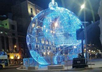 Gran Bola de Navidad, confluencia de la calle Alcalá con Gran Vía, delante del Edificio Metrópolis. Navidad 2020-2021