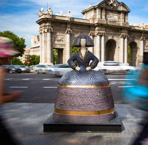 Menina delante de la Puerta de Alcalá. Meninas Madrid Gallery.