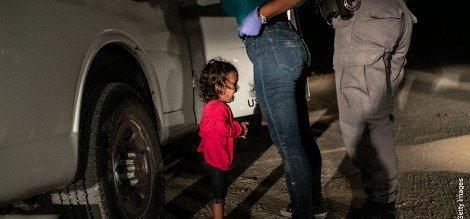 Niña llorando en la frontera // Foto: John Moore / World Press Photo