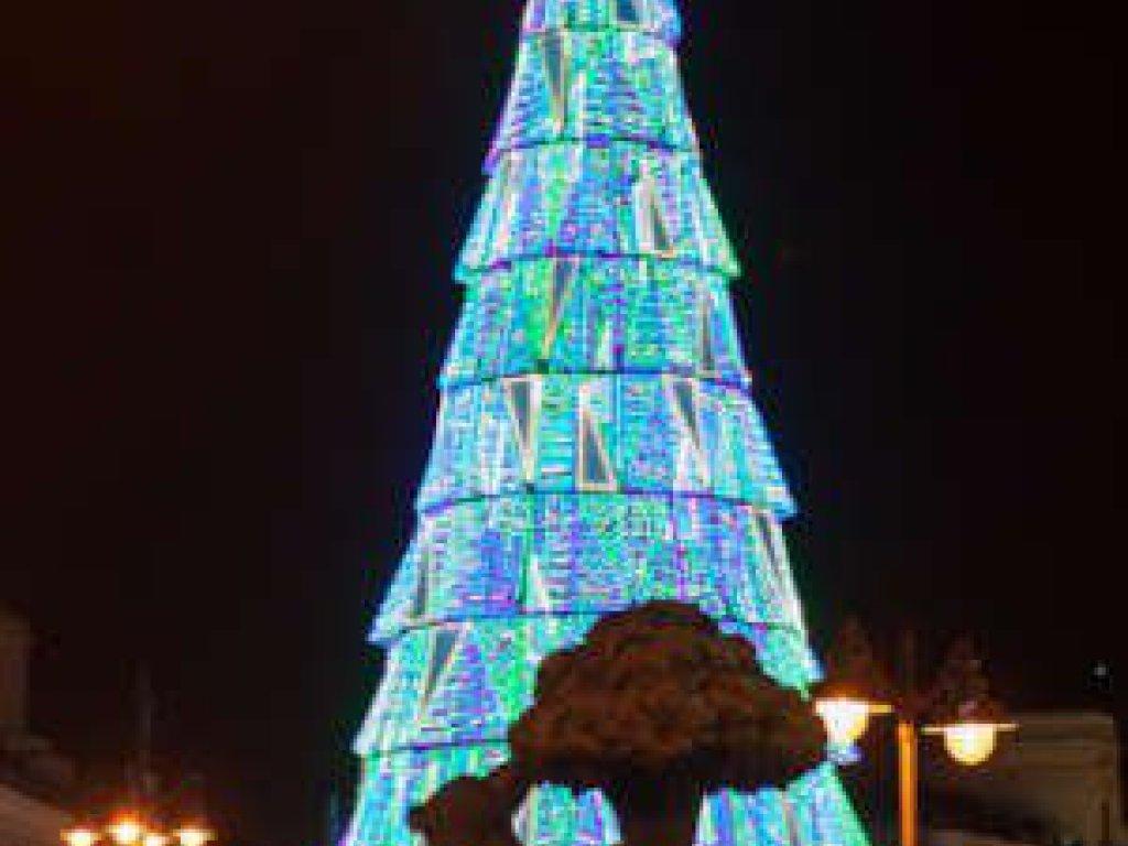 Árbol de Navidad 2020 Puerta del Sol delante de la estatua del Oso y el Madroño © Álvaro López del Cerro
