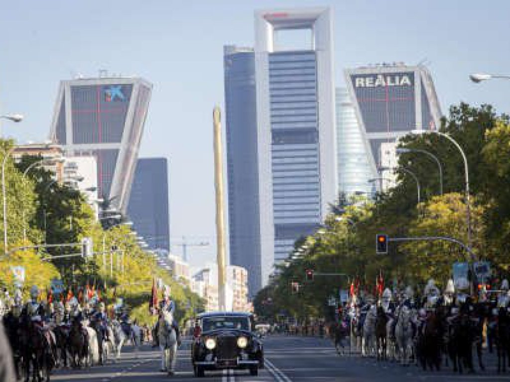 Desfile 12 octubre 2021. Paseo de la Castellana con Torre Kio y Cuatro Torres Business Area