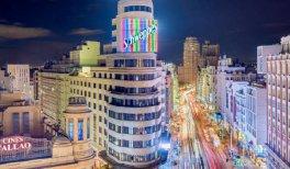Visita Recorrido de cine. Edificio Carrión, con el famoso cartel luminoso de Schweppes, y la Gran Vía iluminada
