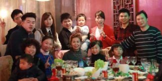 Elisa Zhou, de azul, celebra el Año Nuevo Chino con su familia