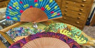 ¡Abanicos para combatir el calor! Estos tan coloridos son de Casa de Diego (©Álvaro López del Cerro).