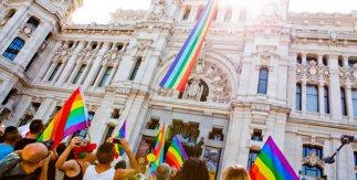 Palacio de Cibeles con bandera arco iris