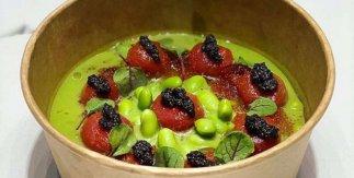 Gazpacho de tomates verdes y jalapeños, emulsión de trufa negra, edamame, tomates confitados y huevas de pez volador.  El GoXO. Dabiz Muñoz