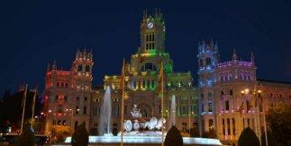 Plaza de Cibeles iluminada con los colores del Orgullo