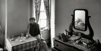 Danny Lyon. Autorretrato en una habitación de hotel abandonada en la calle West. 1967 © Danny Lyon / Magnum Photos