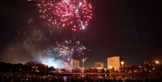 Fuegos artificiales tras Ceremonia de la luz en el Lago del Parque de Pradolongo. Año Nuevo Chino Usera (Madrid)  2019