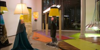 "Jessica Stockholder, Air-padded Table Haunches, 2015. Instalación. Colección ""la Caixa"" de Arte Contemporáneo"