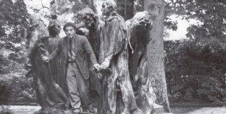 Patricia Matisse. Alberto Giacometti en el parque Eugène Rudier de Vésinet posando entre Los Burgueses de Calais, de Auguste Rodin, 1950. Archivos Fondation Giacometti, París