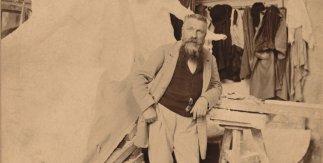 Rodin accoudé à une selette à côté du monument à Victor Hugo [Rodin apoyado en un banco junto al monumento a Victor Hugo]. c. 1898. Fotografía: Dornac [Pol Marsan / seudónimos de Paul Cardon]. Copia en papel albuminado. 12,5 × 17,5 cm. Musée Rodin, París.