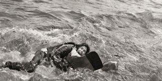 Samuel Aranda. Mujer refugiada y su hijo caen al agua durante desembarco. Lesbos Grecia. 2015