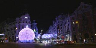 Bola gigante de Navidad delante del Edificio Metrópolis. Navidad 2020 - 2021